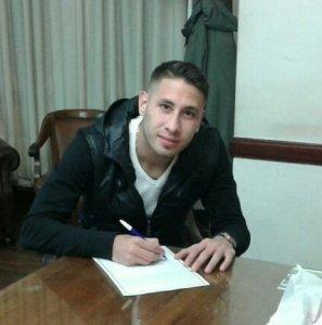 Elias Borrego firmando su vinculo con Ferrocarril Oeste